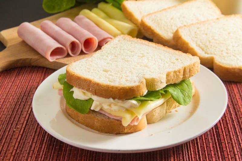 Сыр и сэндвич с ветчиной стоковые изображения