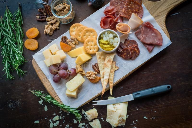 Сыр и холодные отрезоки стоковые фото