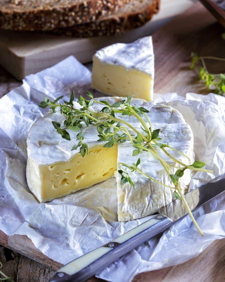 Сыр камамбера на деревенском деревянном столе стоковая фотография