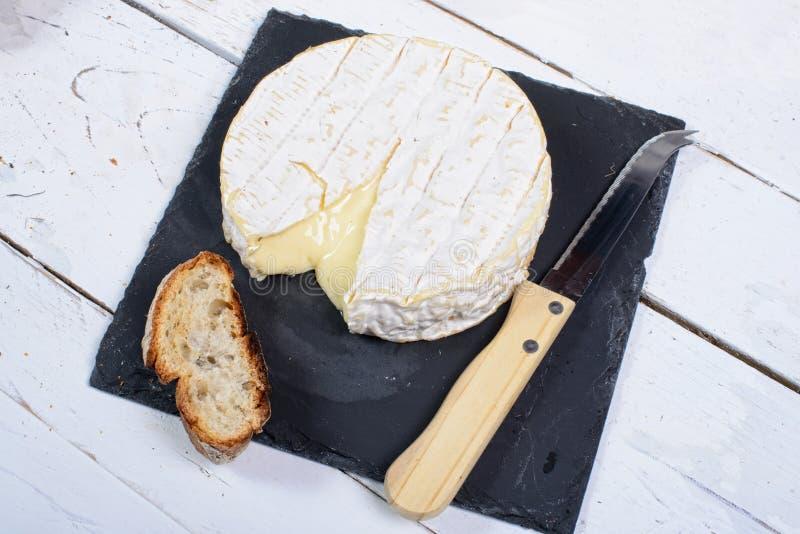 Сыр камамбера на шифере плиты стоковое фото rf