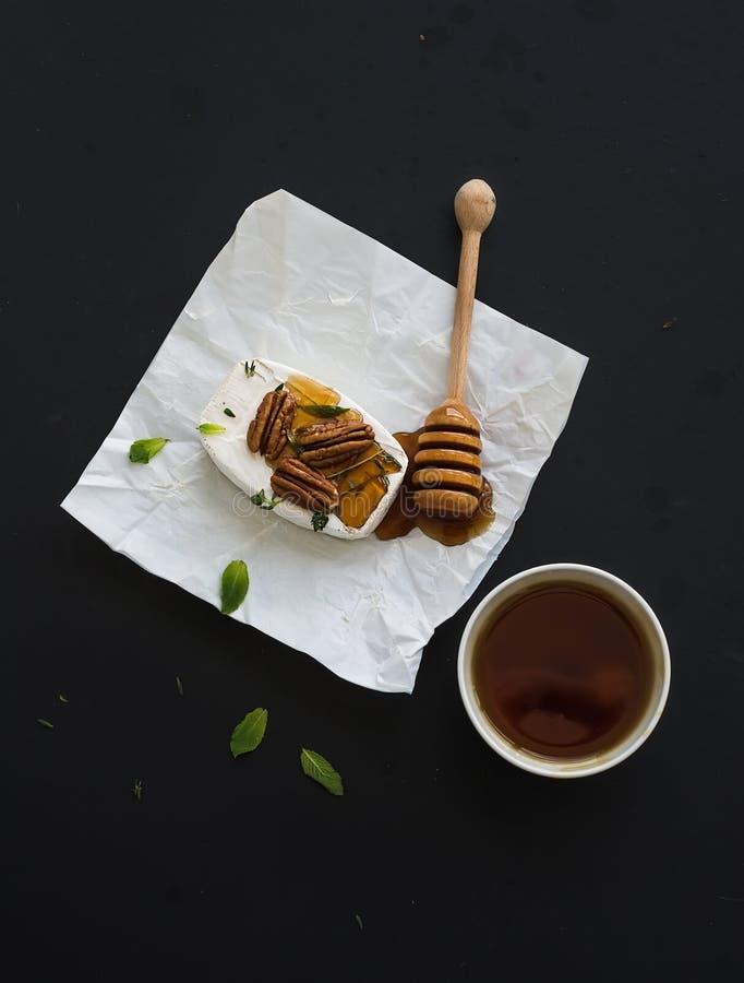Сыр камамбера с пеканами, мятой и медом дальше стоковые фотографии rf