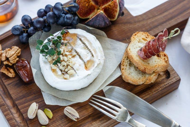 Сыр камамбера с смоквами, медом и вином Селективный фокус Близкий взгляд стоковые изображения