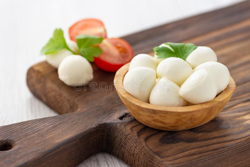 Сыр моццареллы в деревянном шаре стоковая фотография rf