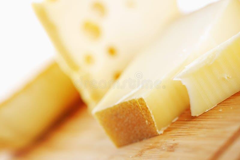 Сыр на деревянной таблице стоковая фотография