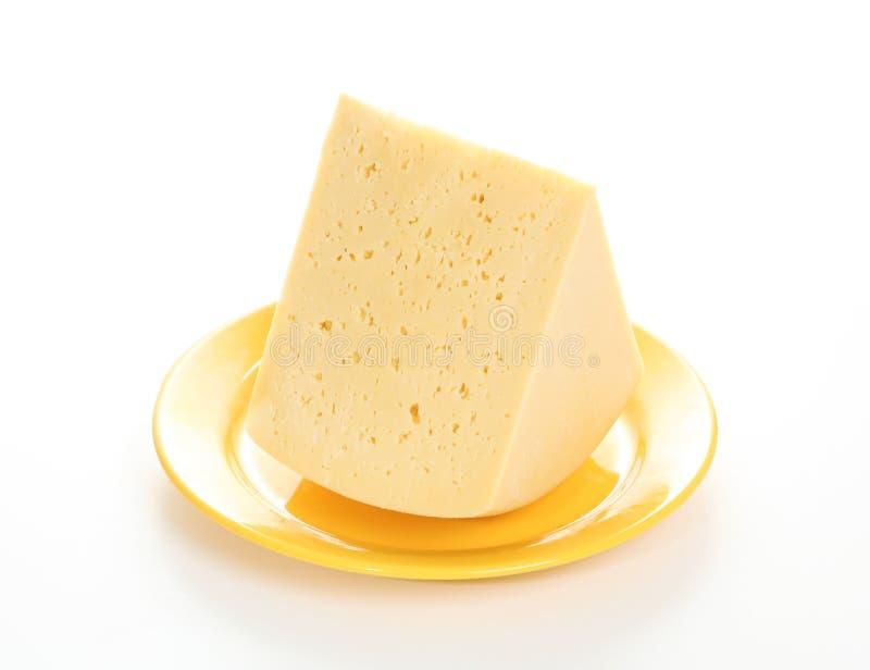 Сыр на желтой плите стоковая фотография