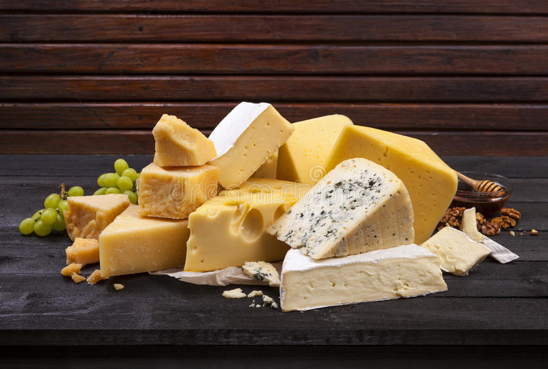 Сыр на черном деревянном столе стоковое изображение