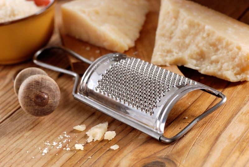Сыр пармесан на разделочной доске стоковые изображения rf