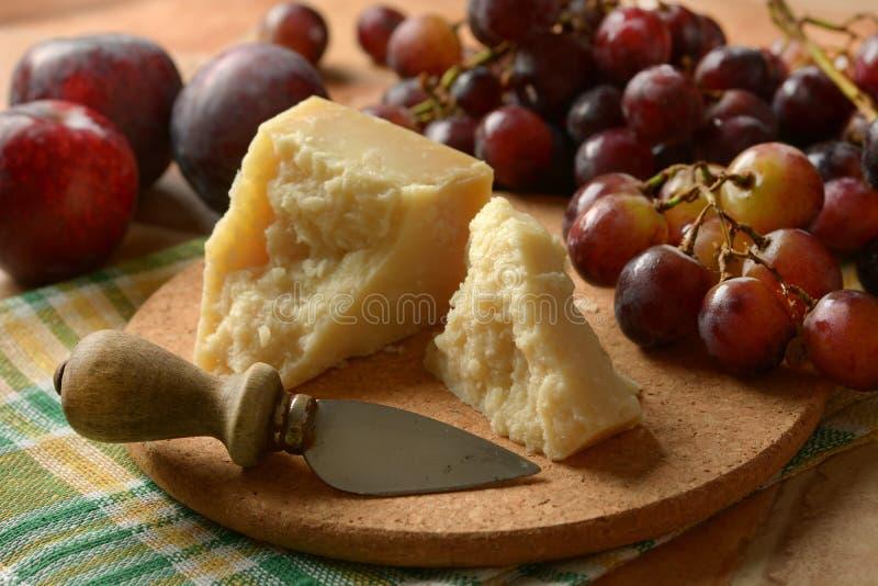 Сыр пармесан на таблице с связкой винограда стоковые изображения