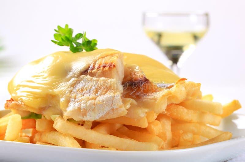 Сыр покрыл выкружки рыб с французскими fries стоковое изображение rf