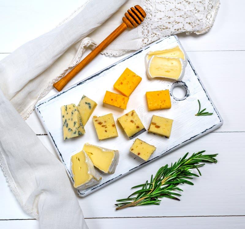 Сыр, рокфор, камамбер, чеддер и сыр бри с walnu стоковые фотографии rf
