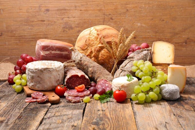 Сыр, сосиска с хлебом и виноградины стоковое фото