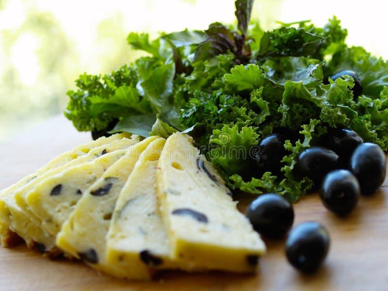 Сыр с прованским и зеленым салатом стоковые фотографии rf