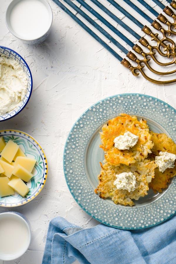 Сыр Latkes, сыра, молока и творога, Ханука на белом открытом космосе таблицы стоковое фото