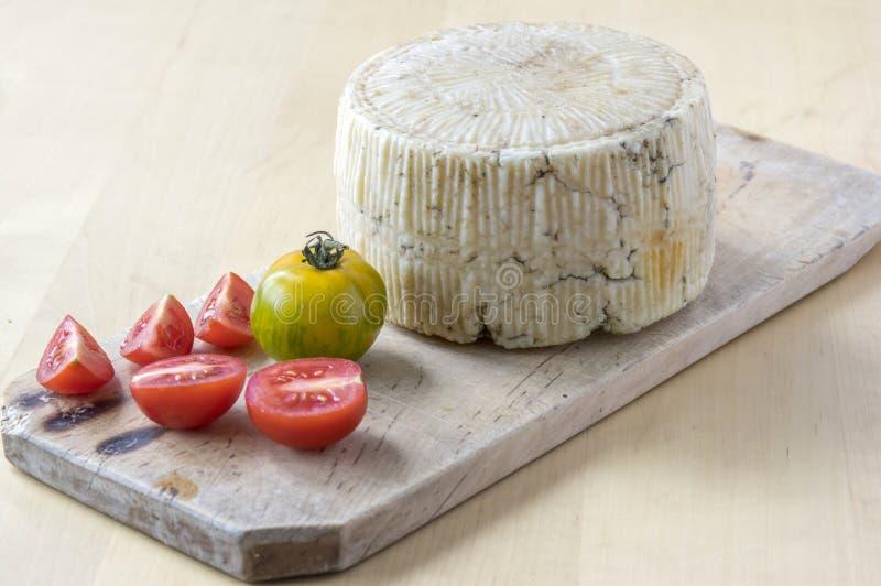 Сыр Pecorino на деревянном столе с красными и зелеными томатами стоковые изображения rf
