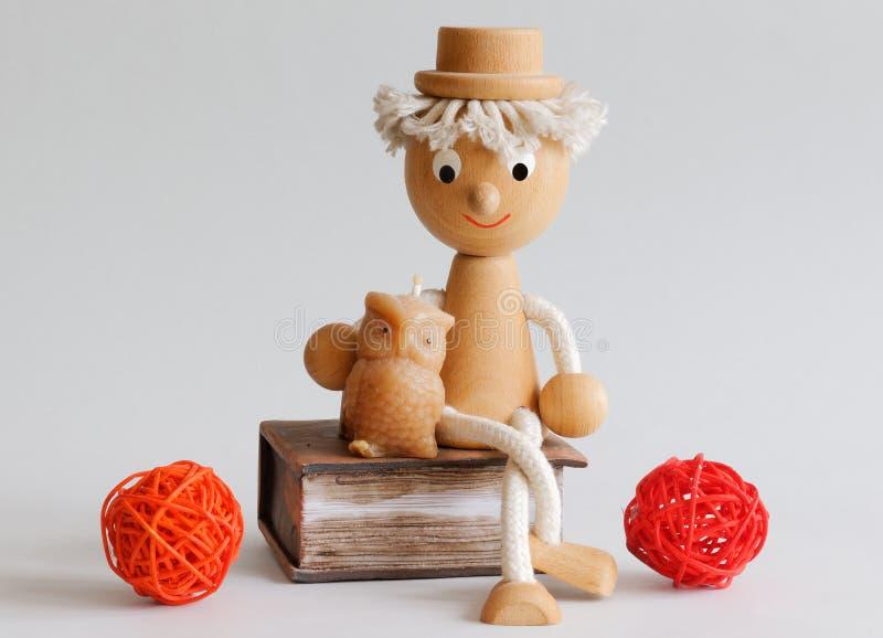 Сыч деля премудрость с деревянным мальчиком стоковая фотография rf