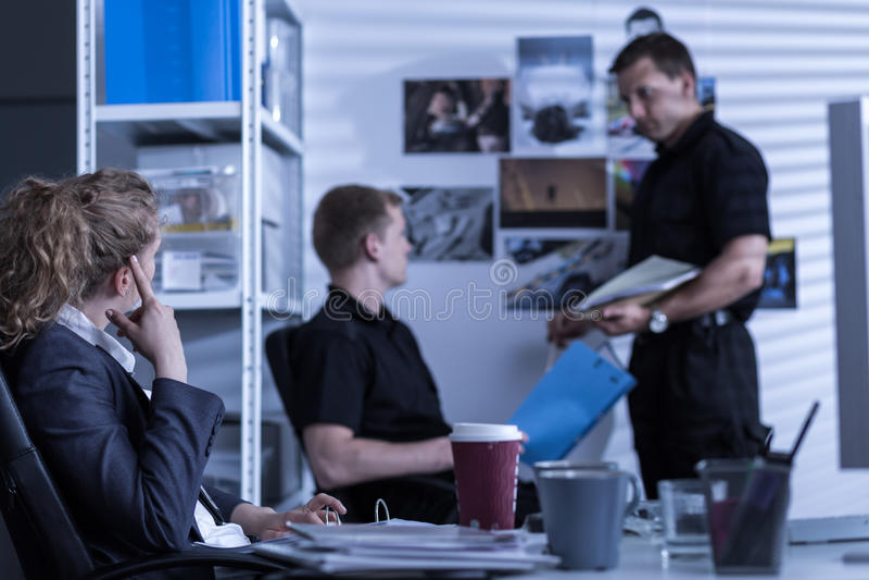 Сыщики работая при закрытых дверях агенство стоковое фото