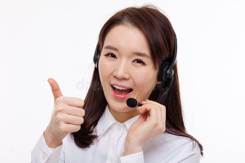 Сь большие пальцы руки выставки женщины дела оператора центра телефонного обслуживания стоковая фотография