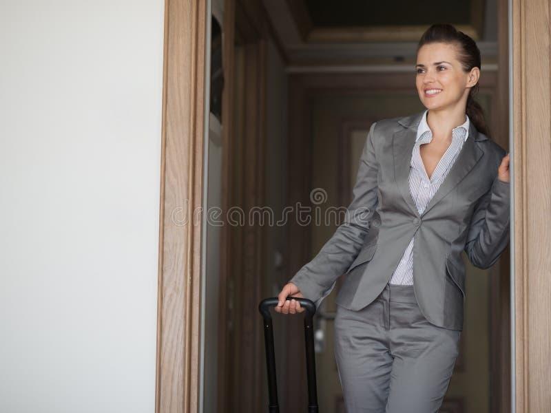 Сь гостиничный номер женщины дела исследуя стоковые фото