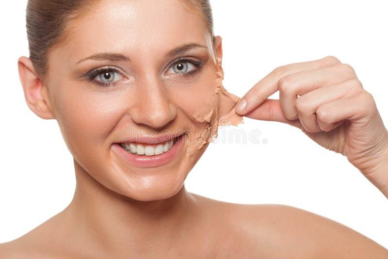 Женщина принимая ее кожу от стороны стоковая фотография