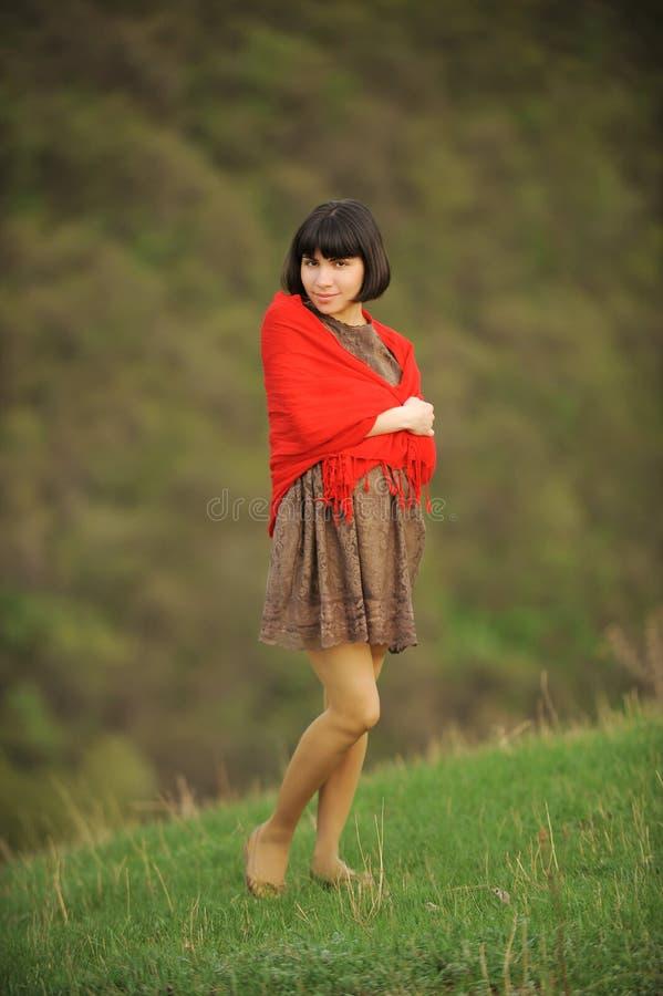 Сь женщина с красным шарфом стоковая фотография rf