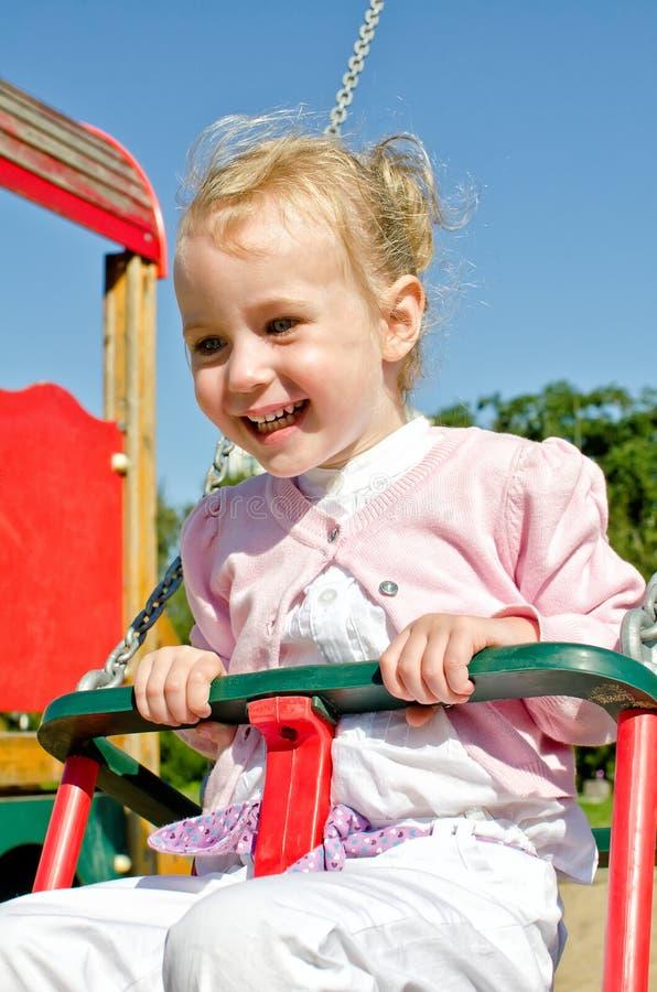 Сь маленькая девочка на качании стоковое изображение rf