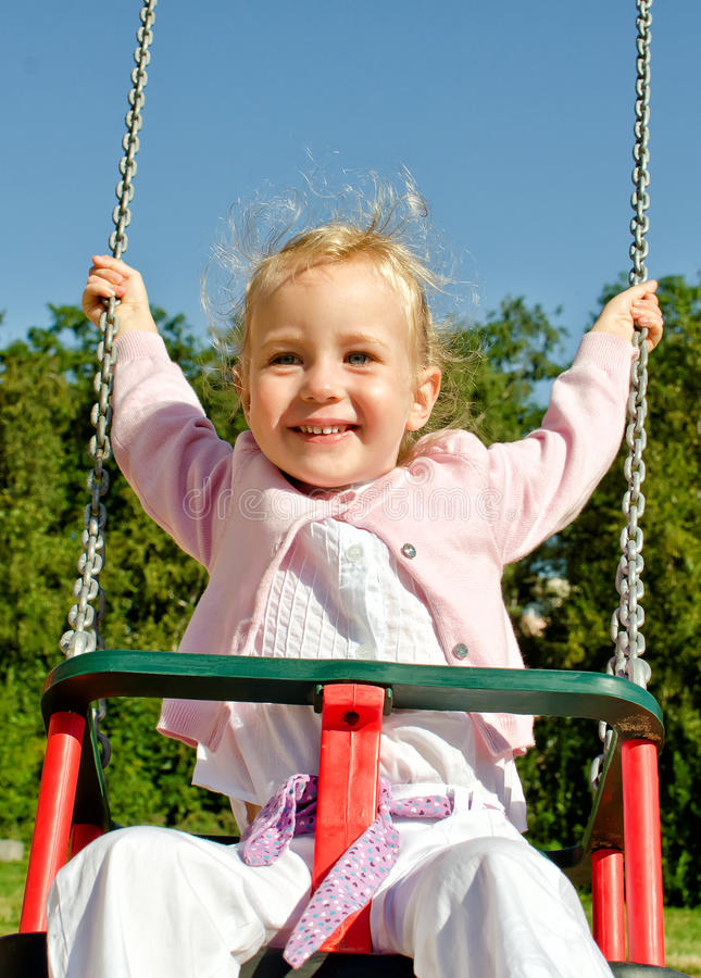 Сь маленькая девочка на качании стоковая фотография rf