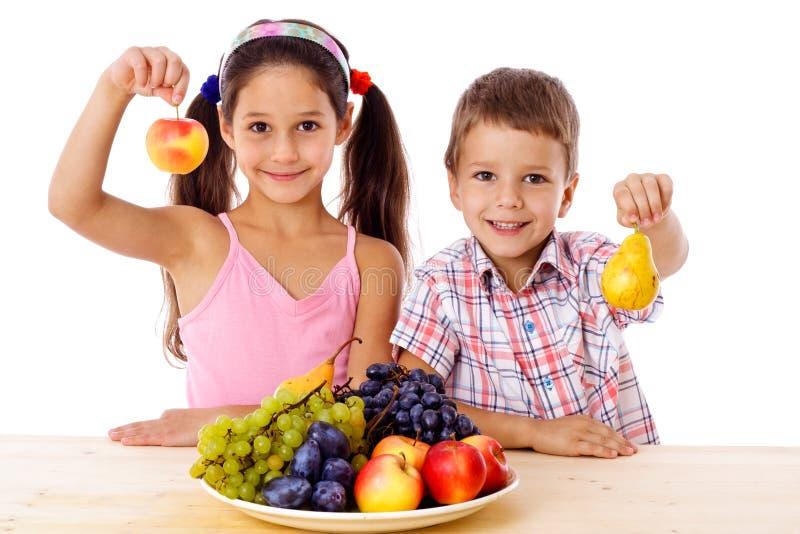 Малыши с плитой плодоовощ стоковая фотография rf