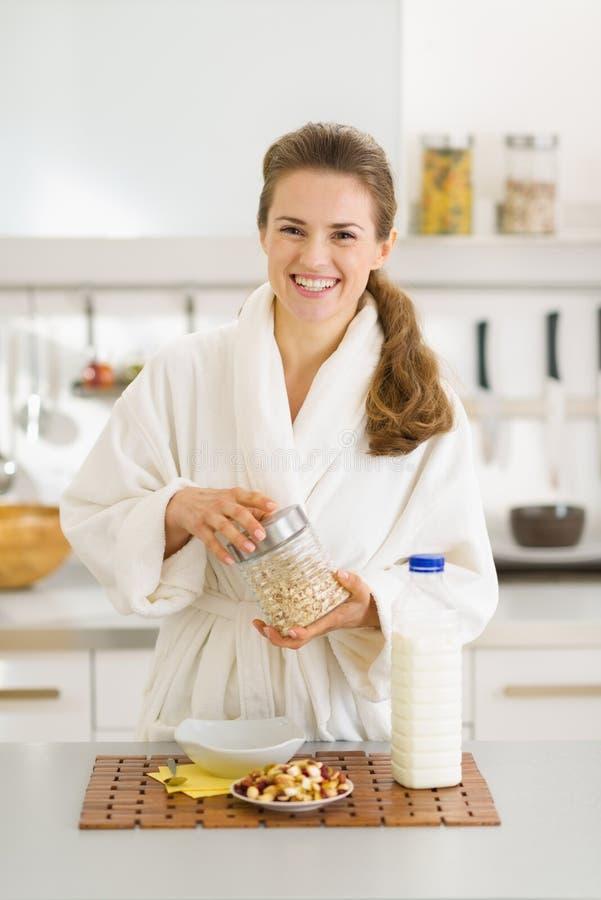 Сь молодая женщина делая здоровый завтрак стоковые изображения rf