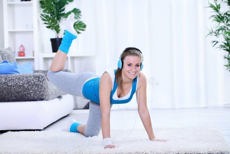 Сь молодая женщина делая тренировку. стоковое изображение