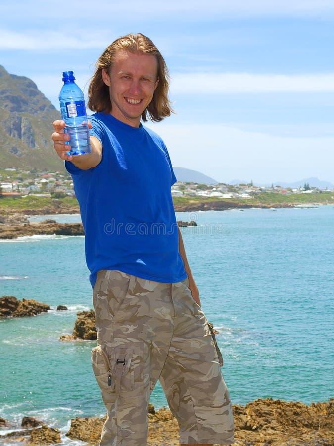 Сь человек предлагает воду стоковое фото