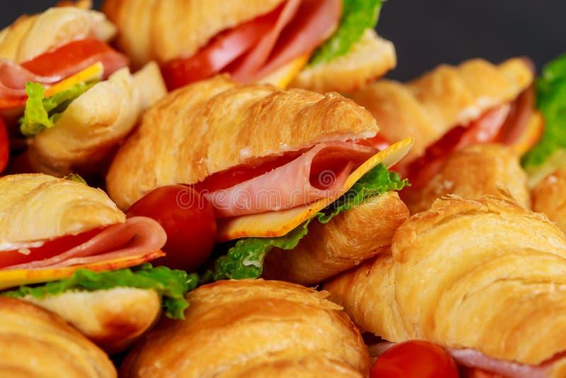 Сэндвичи круассана с ветчиной и салатом, крупным планом стоковое фото