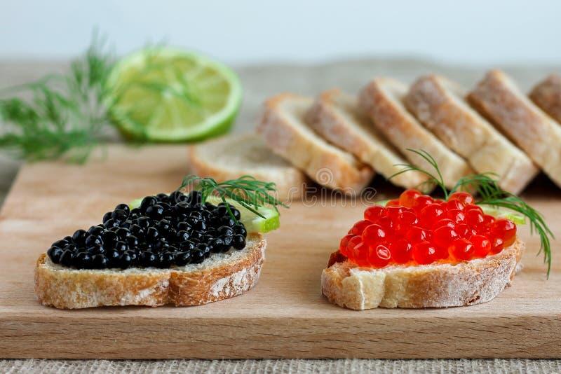 Сэндвичи с красной и черной икрой с известкой стоковые фотографии rf