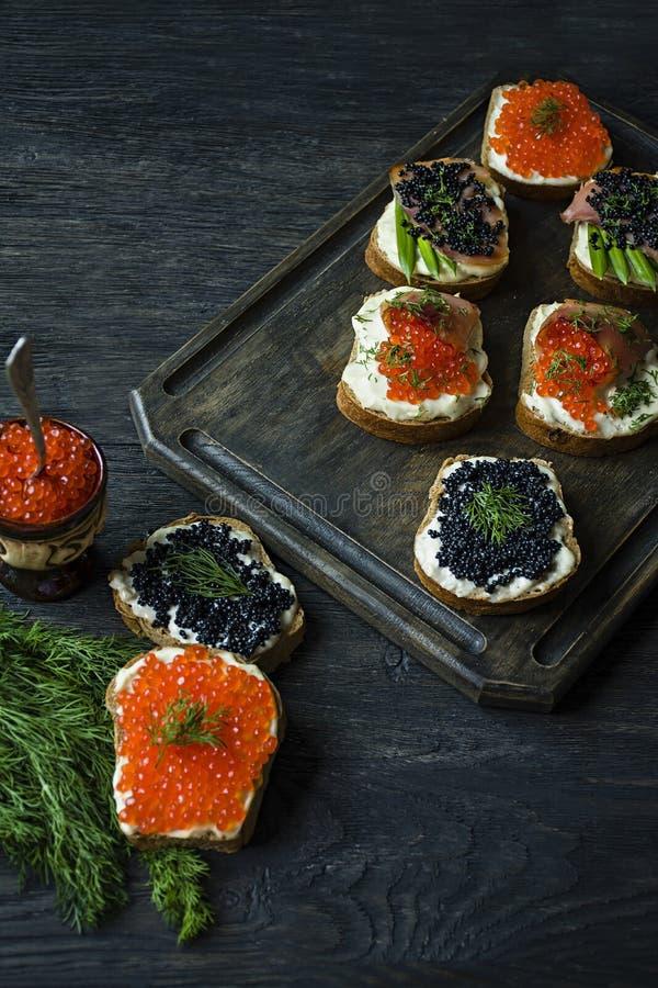 Сэндвичи с красной и черной икрой : r стоковое изображение