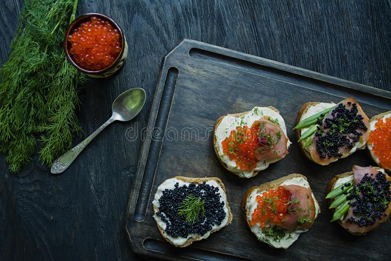 Сэндвичи с красной и черной икрой : r стоковые фото