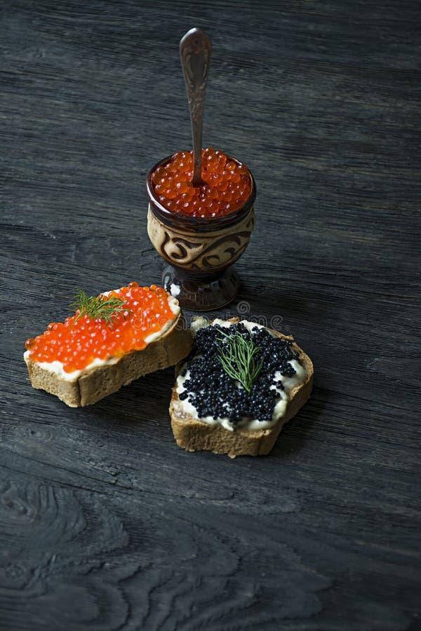 Сэндвичи с красной и черной икрой : r стоковые изображения rf