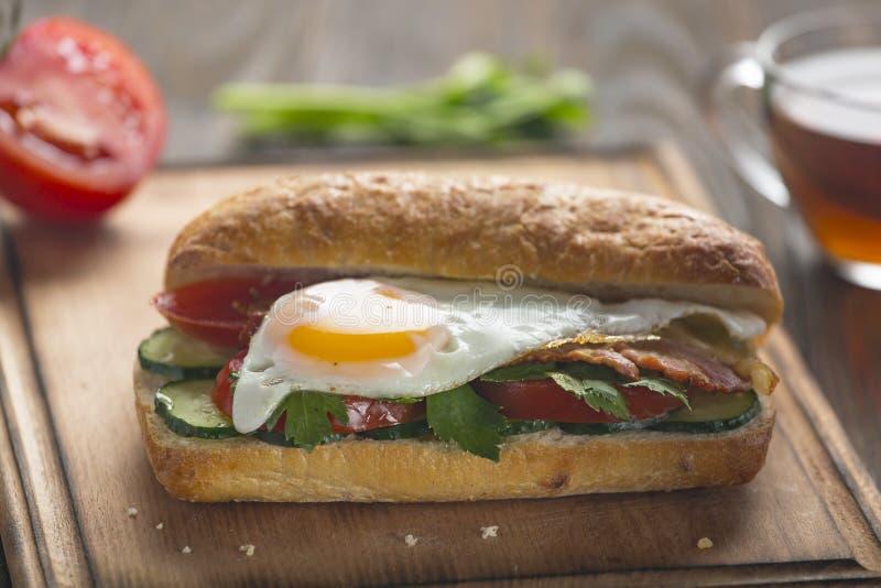 Сэндвич, зажаренный сыр, авокадо, бекон, индюк, середина, салями, цыпленок, стейк, вьетнамец, варенье бекона, рецепт, стиль cali стоковая фотография