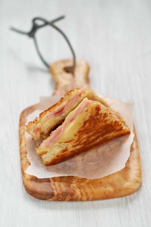 сэндвич с ветчиной зажженный сыром стоковая фотография rf