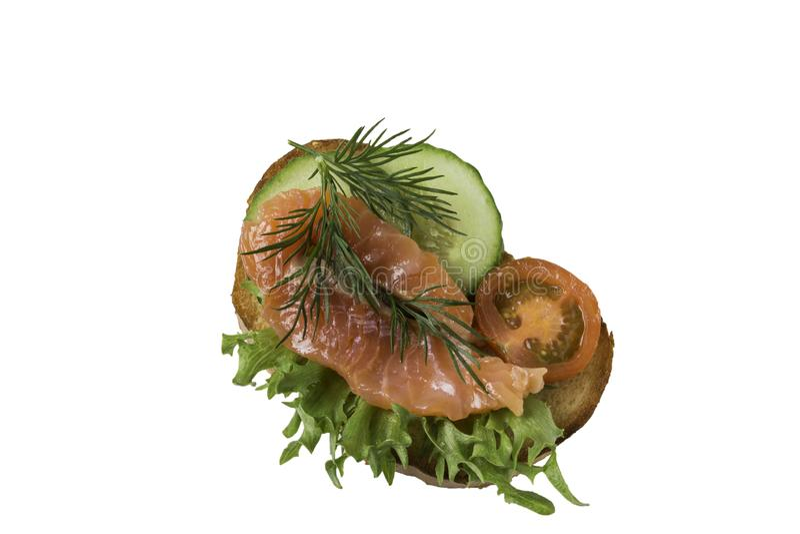 Сэндвич с семгами и овощами изолированными на белой предпосылке стоковое изображение