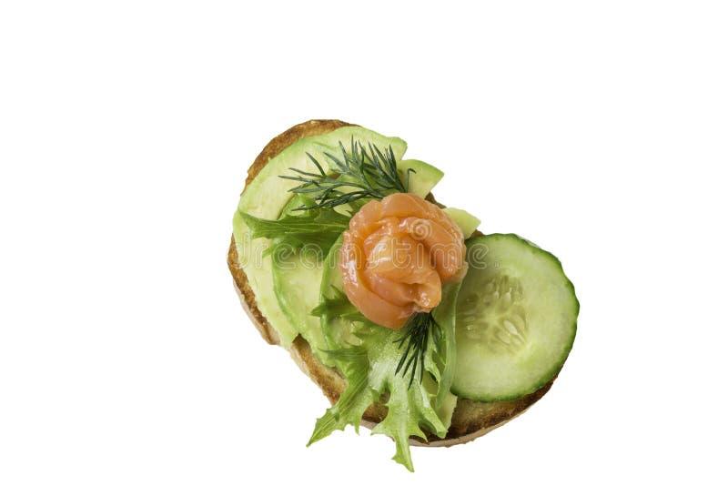Сэндвич с семгами и овощами изолированными на белой предпосылке стоковая фотография rf