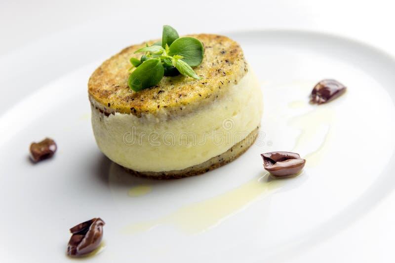 Сэндвич mush кукурузной муки с creamed тресками и оливками стоковые изображения