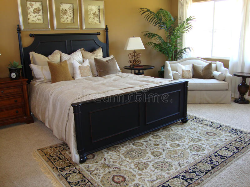сюита красивейшей спальни мастерская стоковые изображения