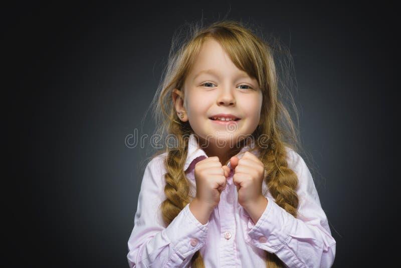 Сюрприз счастливой девушки портрета крупного плана идя изолированный на серой предпосылке стоковая фотография