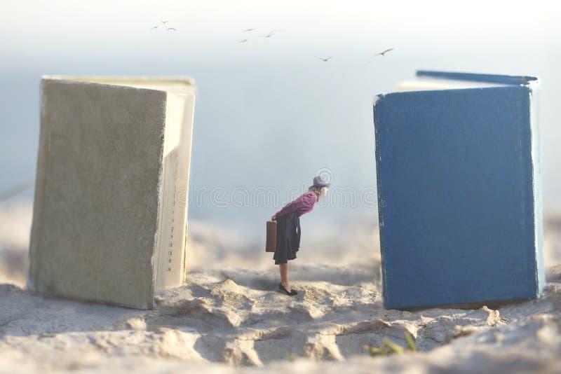 Сюрреалистический момент небольшой женщины которая мечтает snooping в страницах гигантских книг стоковое фото rf