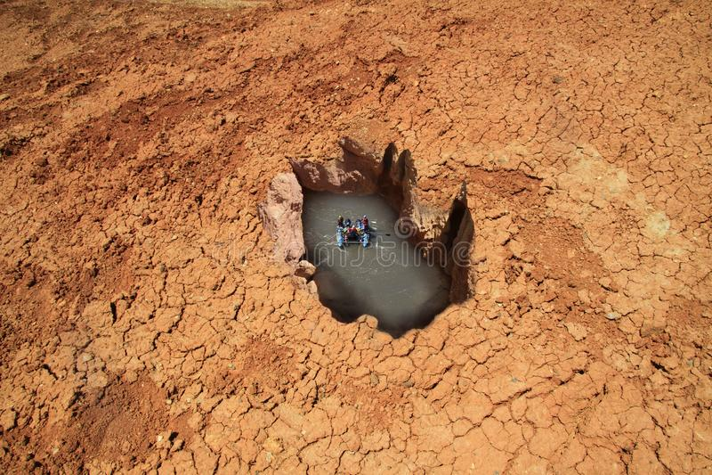 Сюрреалистический резервуар в пустыне стоковая фотография rf