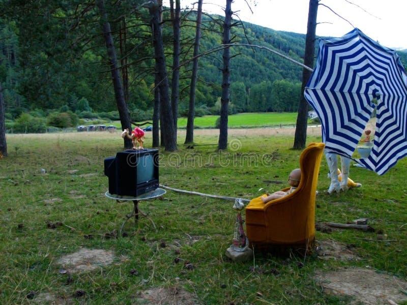 Сюрреалистическое представление с ежедневными объектами в поле стоковое изображение