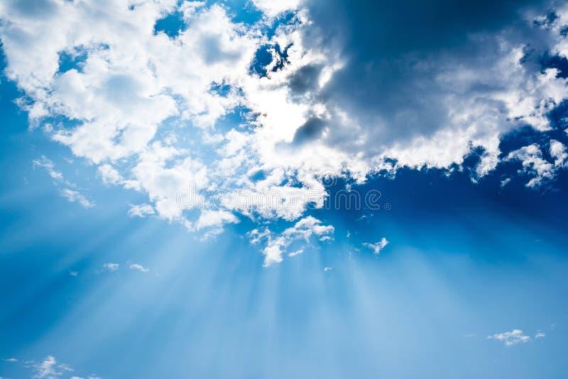 Сюрреалистические лучи солнца поражают через облака как explosi стоковое изображение rf