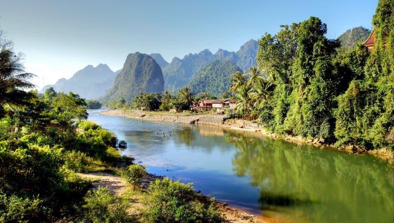 Сюрреалистический ландшафт рекой песни на Vang Vieng, Lao стоковое изображение