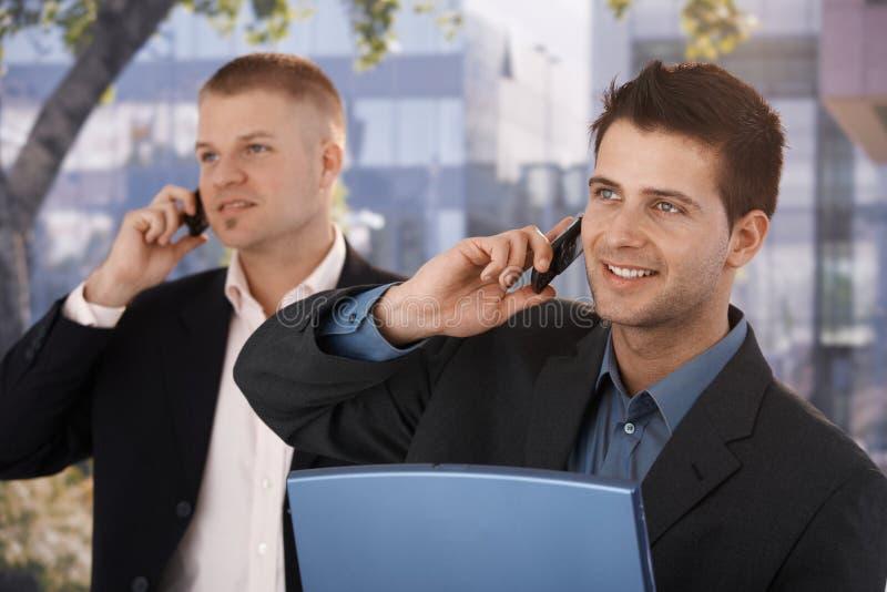 Ся бизнесмены делая телефонный звонок стоковые фото