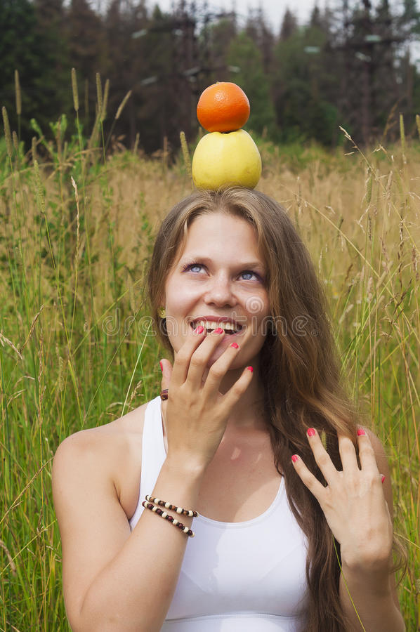 Ся девушка с плодоовощами стоковые фото
