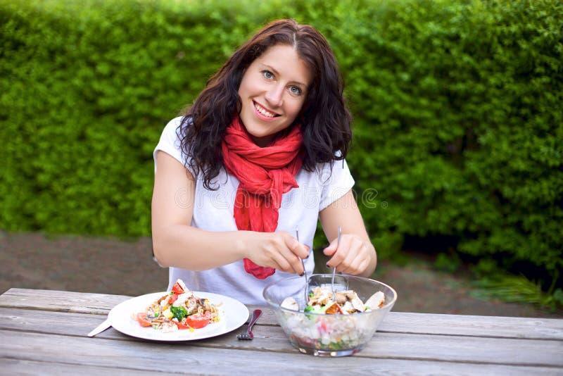 Ся женщина подготовляя шар салата стоковое изображение rf